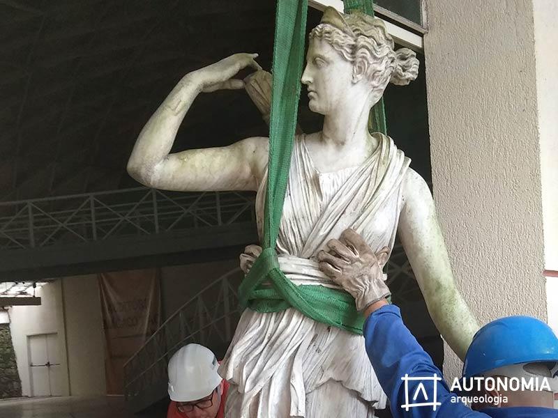 Estátuas Do Jardim Zoológico Do Rio São Transferidas Com Sucesso